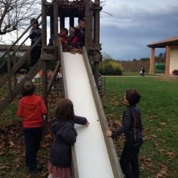 bambini che giocano sullo scivolo