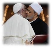 Papa Francesco abbraccia il Grande Imam di Al-Azhar Ahmad Al-Tayyeb